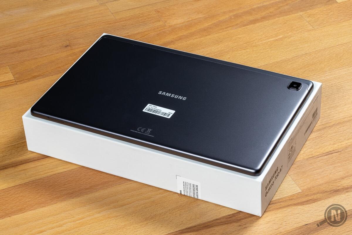 Ein neuer Tablet-PC liegt mit der Rückseite nach oben auf seiner Kartonverpackung.