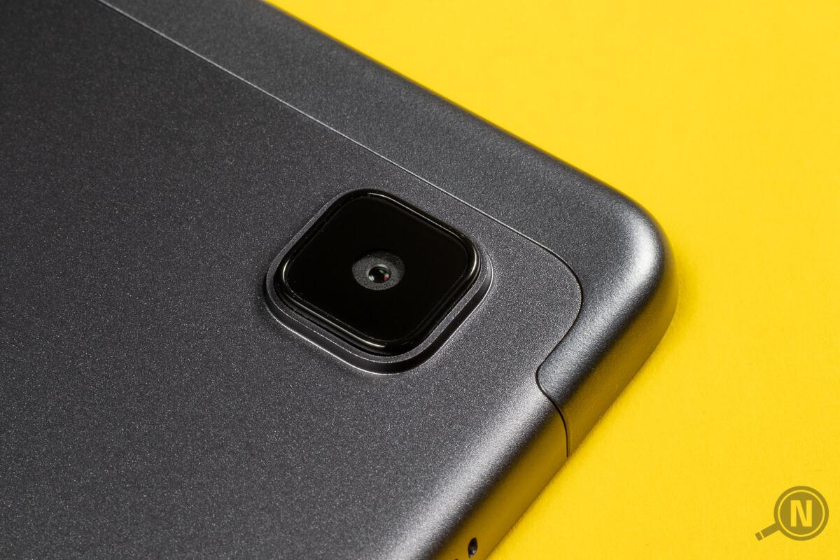 Nahaufnahme der Rückkamera eines silbernen Tablets. Der Hintergrund ist strahlend gelb.