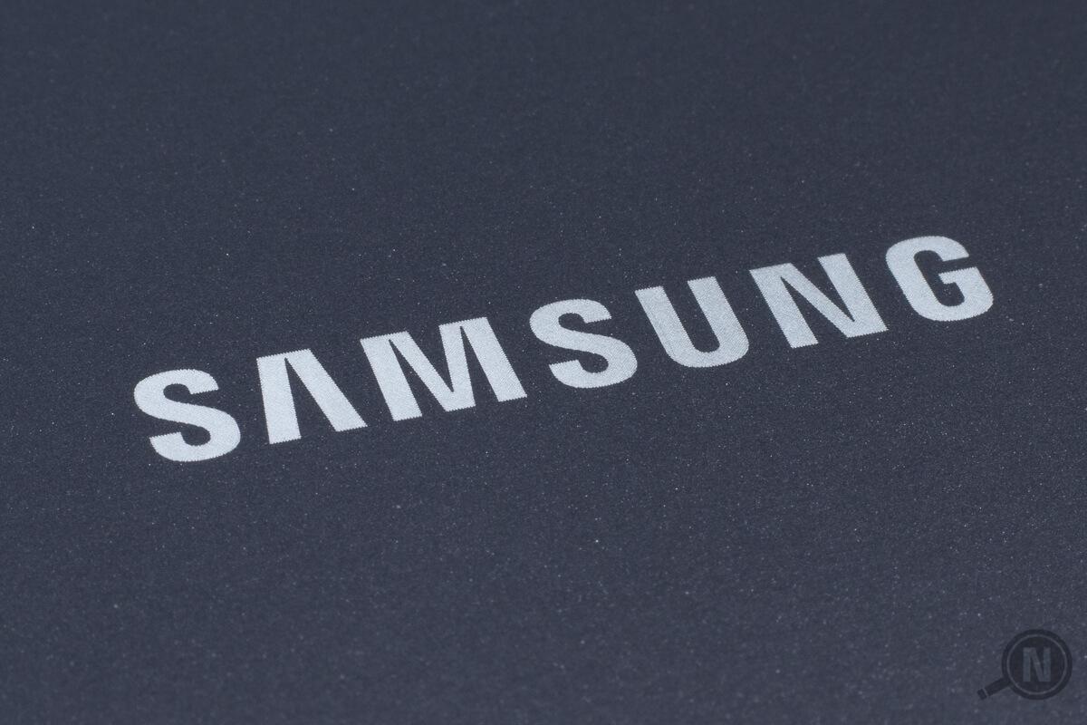 Samsung-Schriftzug in Weiß vor grauem Hintergrund