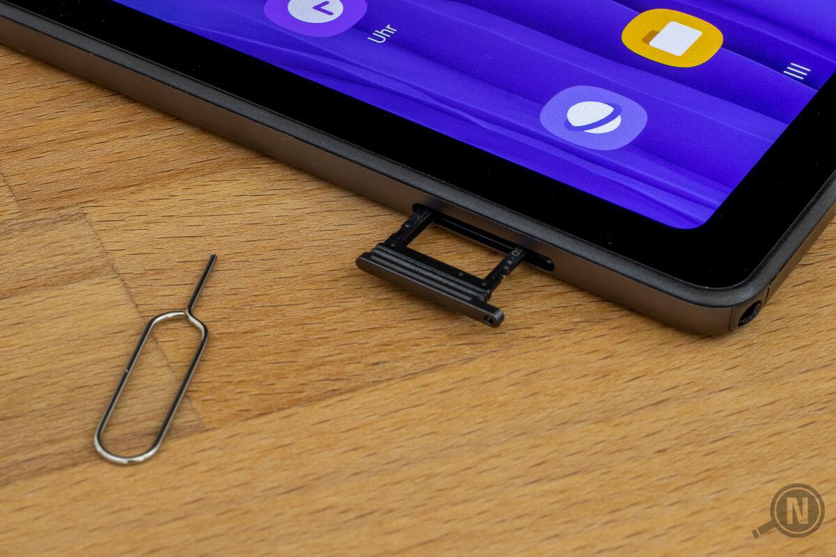 Makroaufnahme vom SIM-Slot eines Tablets, das kleine Werkzeug zum Öffnen des SIM-Einschubs ist auch mit im Bild.