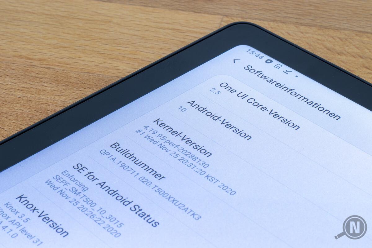 Linke obere Ecke eins Tablet-Bildschirms. Er zeigt die Android-Version 10.