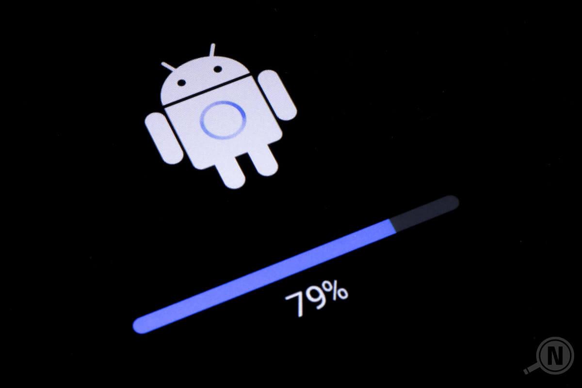 Detail Startbildschirm nach Android-Systemupdate: Android-Logo (Roboter) und Fortschrittsbalken auf 79 Prozent.