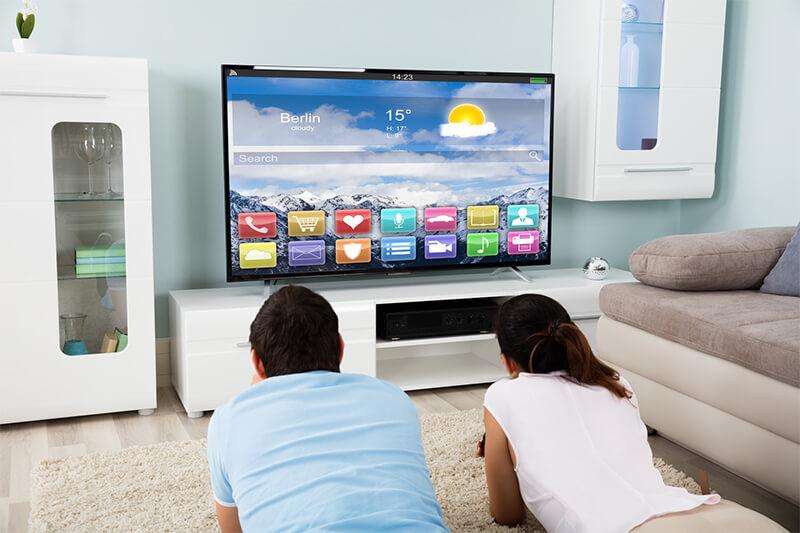 Paar liegt vor Fernseher