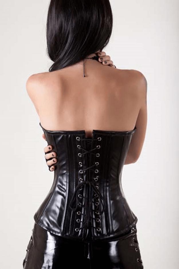 Frau mit Ledercorsage von hinten