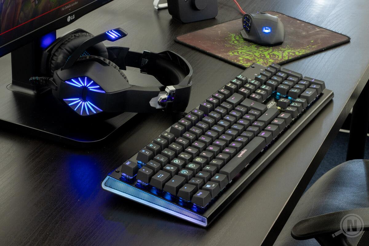 Gaming-Setup mit Tastatur, Maus und Headset.