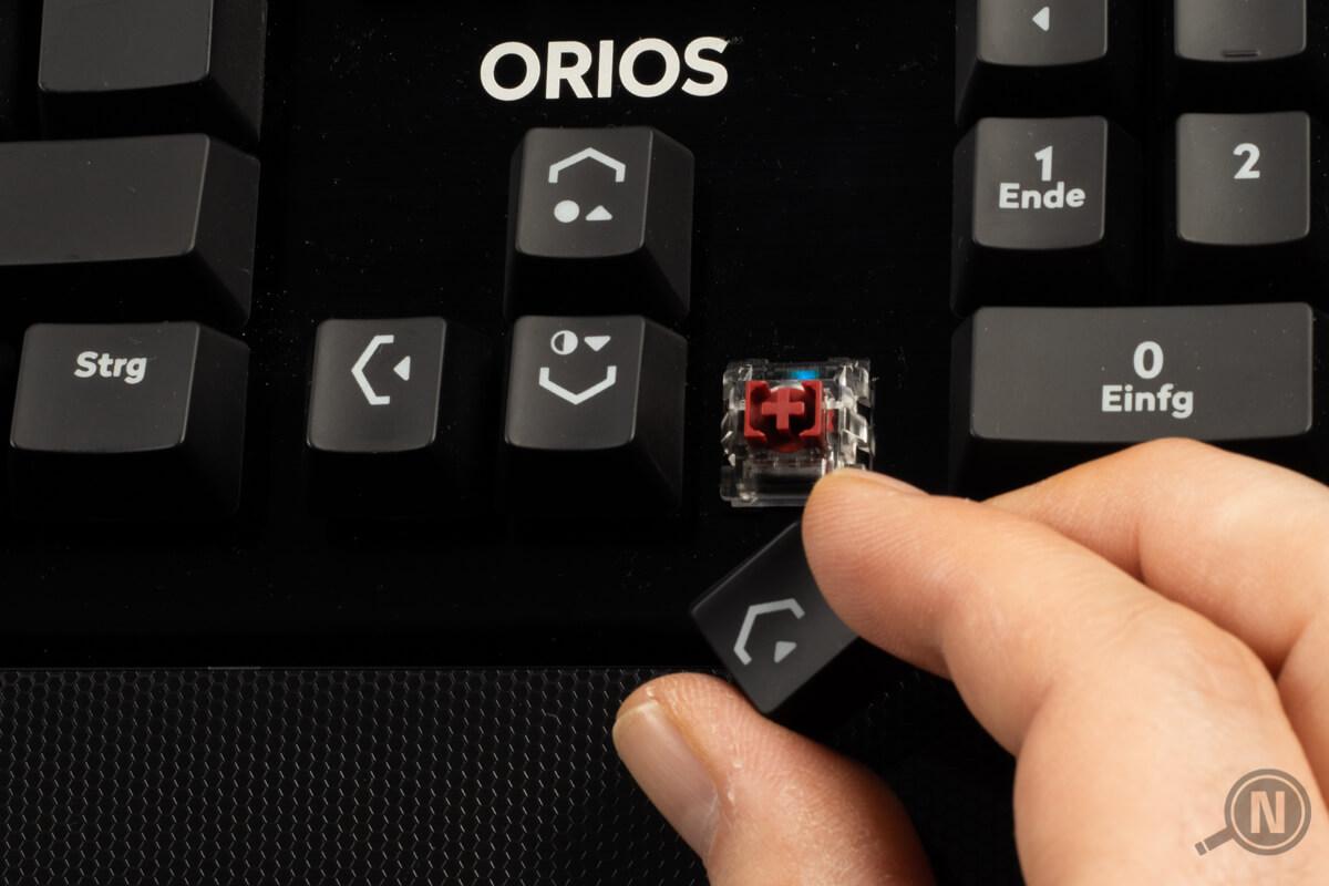 Roter Cherry-Schalter unter Taste bei linearer Tastatur.