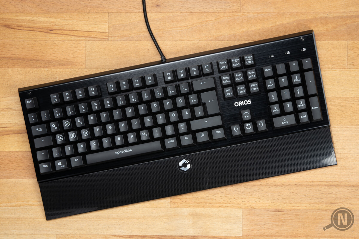 Komplette Gaming-Tastatur von oben auf Holz.