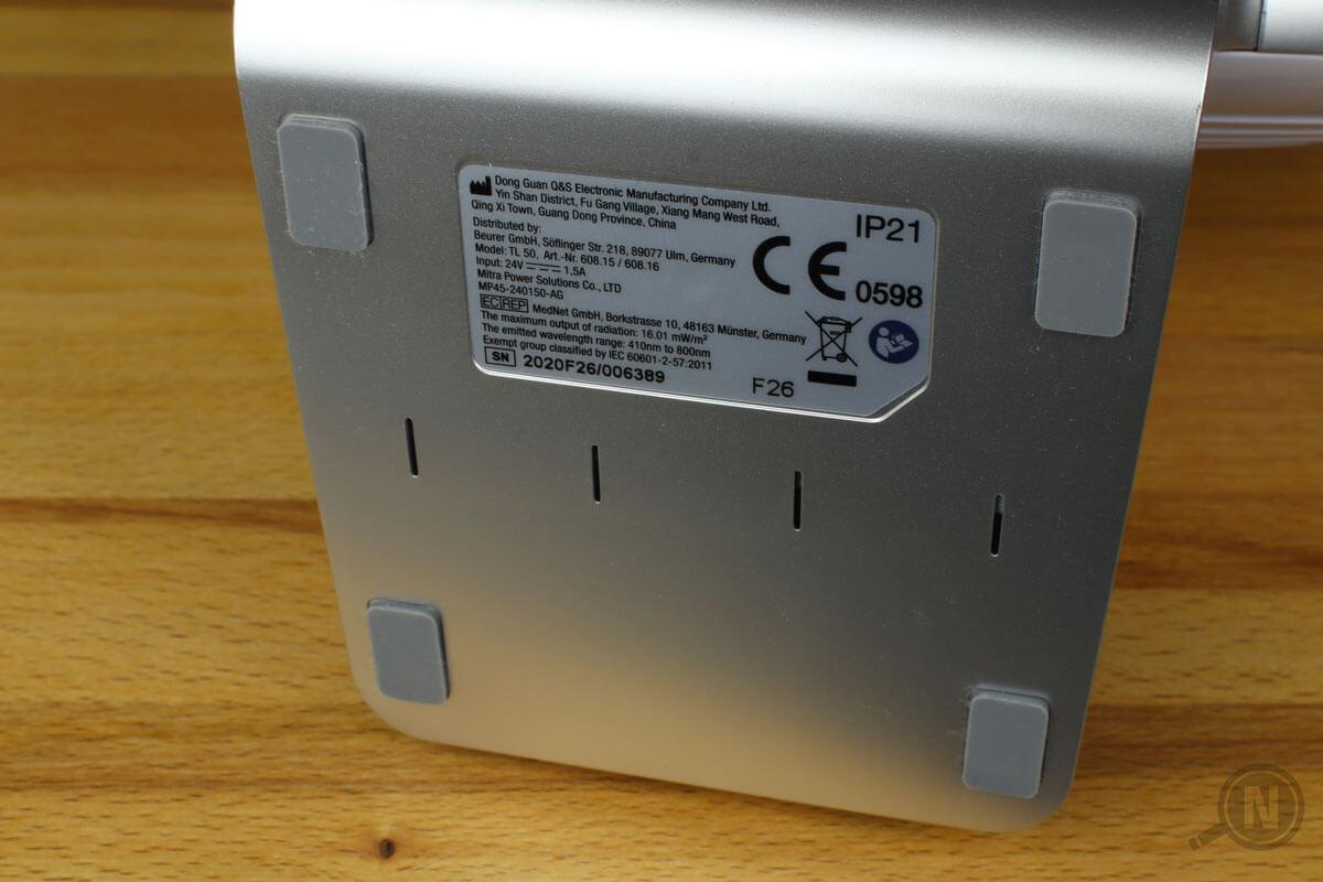 Die Unterseite einer Tageslichtlampe zeigt das Nutzungslabel des Herstellers.