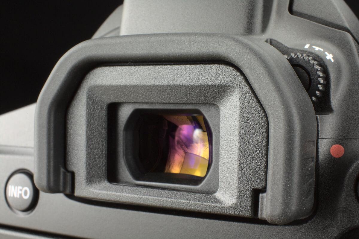 Detailaufnahme des Suchers einer Spiegelreflexkamera