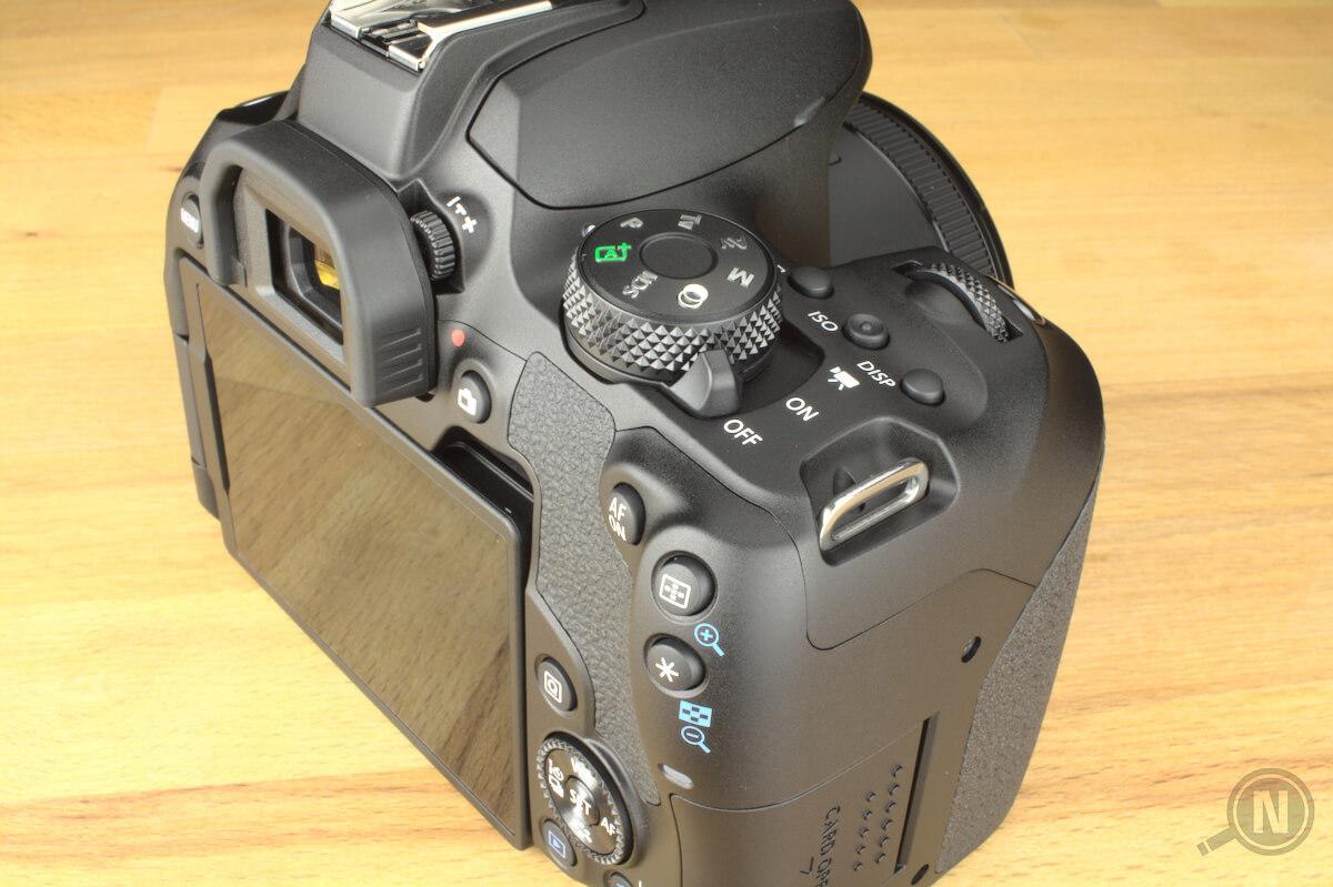 Blick auf eine Spiegelreflexkamera von hinten rechts. Diverse Buttons und Drehknöpfe sind deutlich zu erkennen.