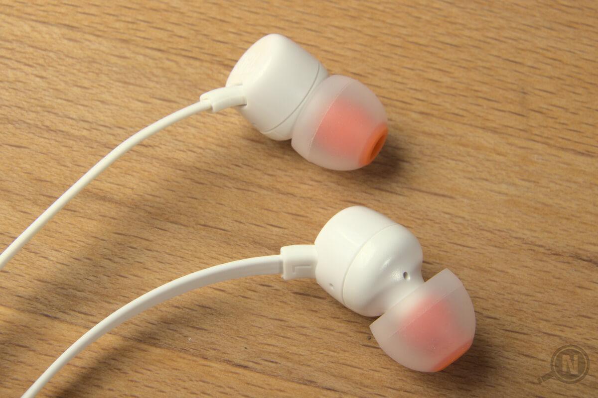 Zwei weiße Ohrhörer in groß