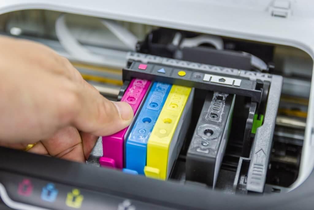 Person bau Farbpatronen in Drucker ein