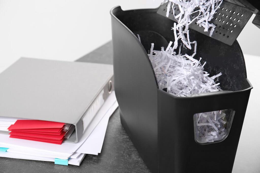 Papierfetzen in Behälter