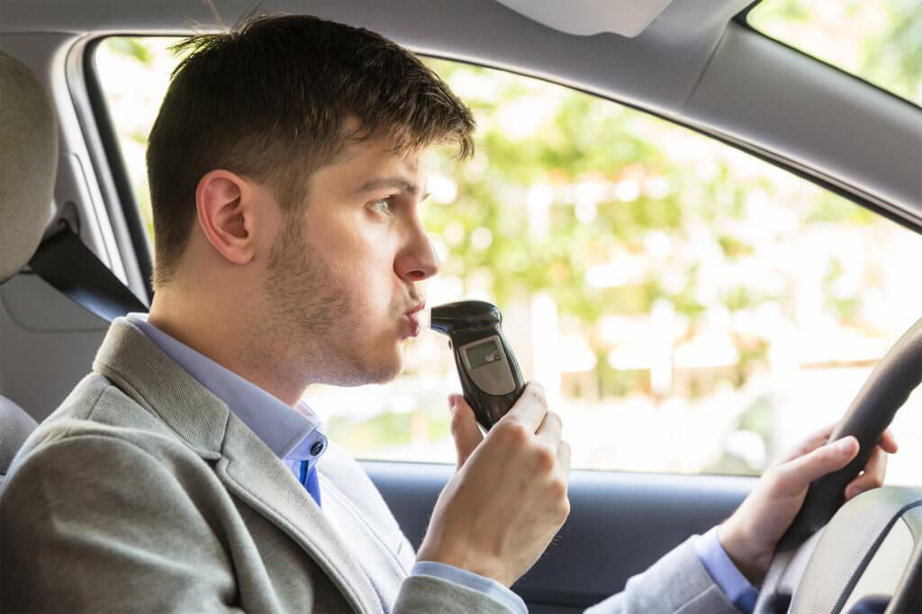 Mann benutzt Alkoholtest