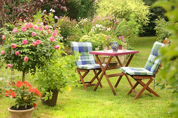 Gartenmöbel in Garten