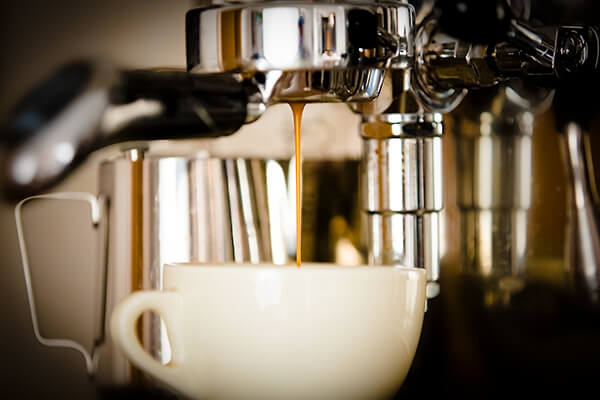 Kaffee läuft in Tasse