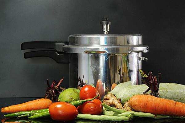 Gemüse vor Schnellkochtopf