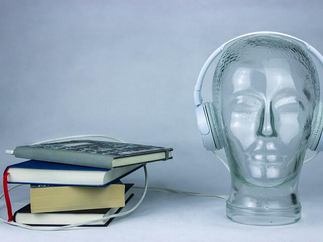 Kopfhörer und Buchstapel