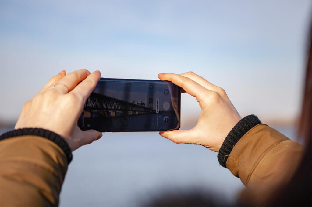 Frau macht Foto mi t Smartphone