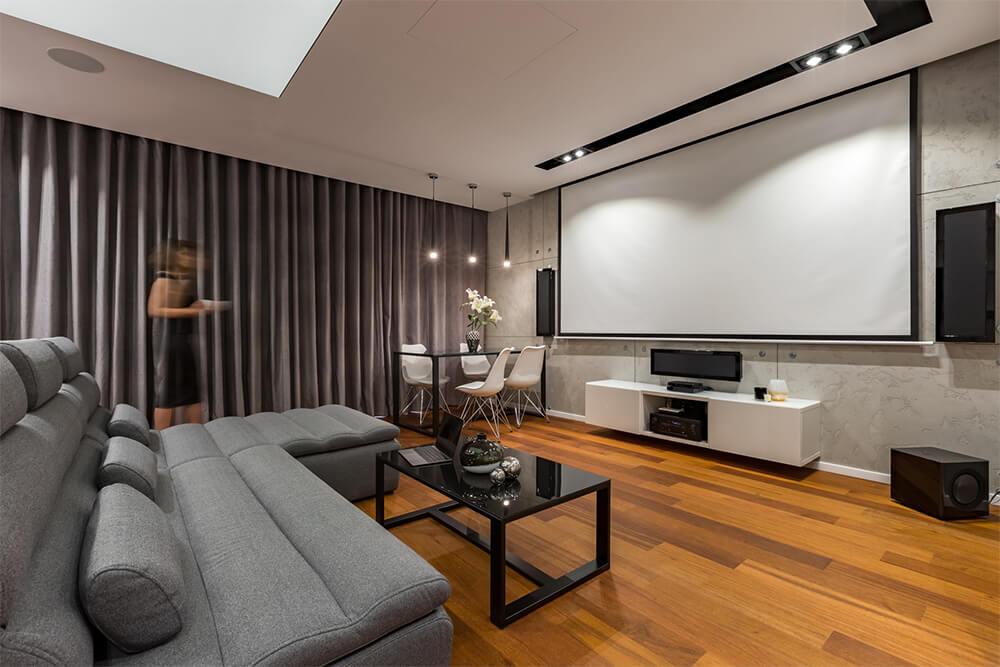Wohnzimmer mit Beamer Leinwand