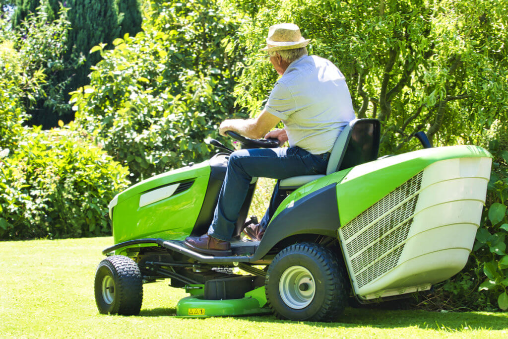 Benzin-Rasenmäher Senior auf fahrbaren Rasenmäher