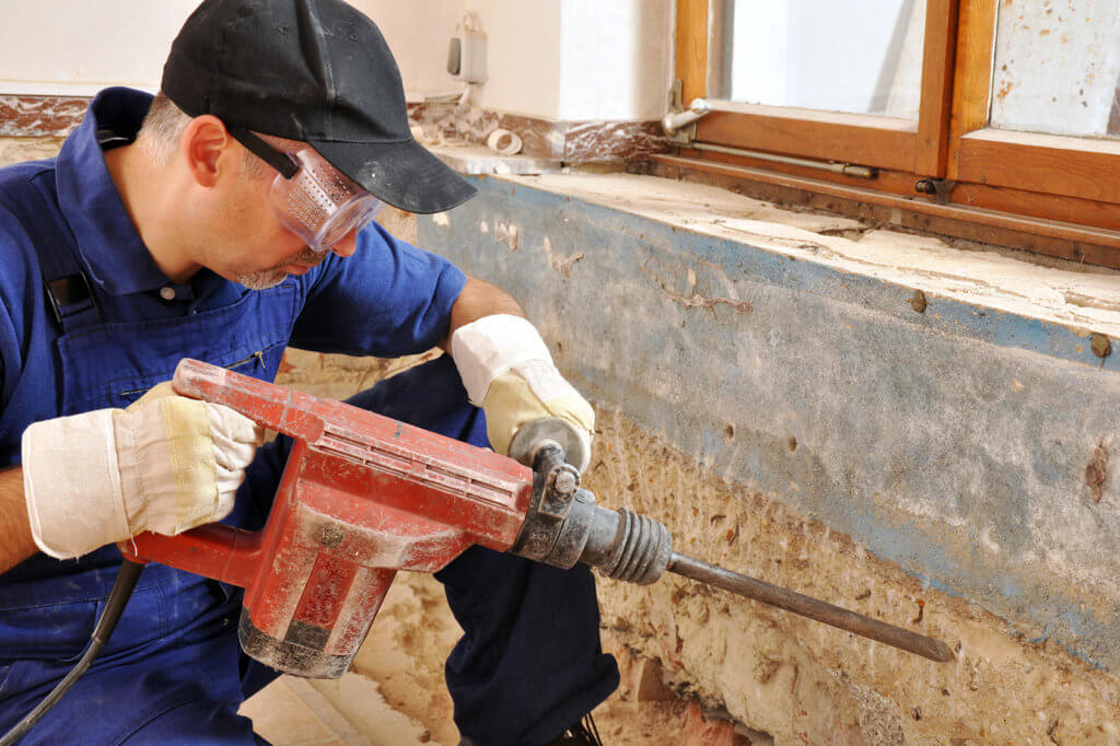 Handwerker arbeitet mit Bohrhammer