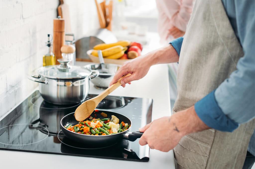 Essen wird in Bratpfanne zubereitet