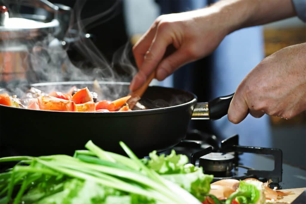 Gemüse in Bratpfanne anbraten