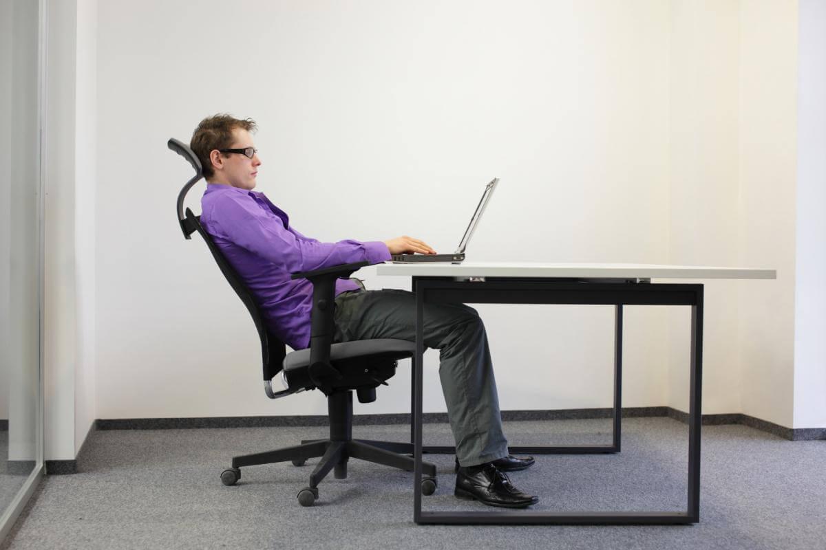 Mann in entspannter Position