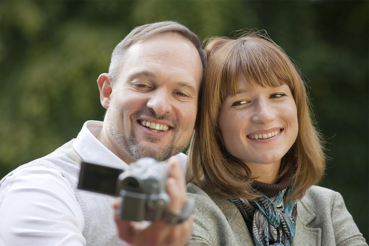 Paar mit Videokamera