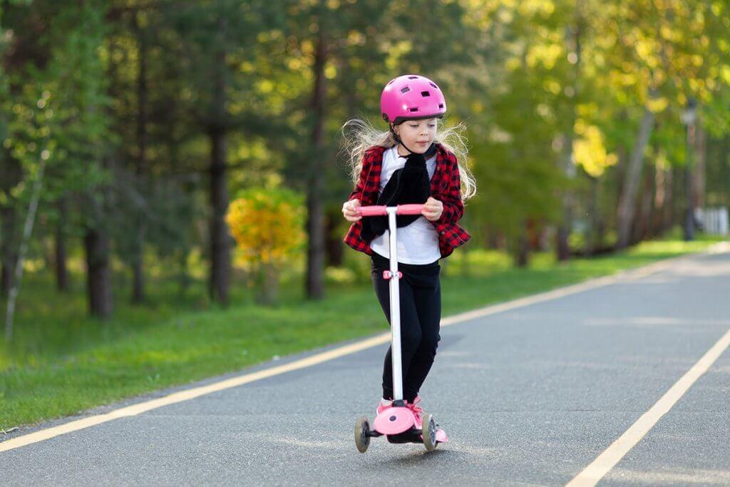 Kind fährt mit Cityroller