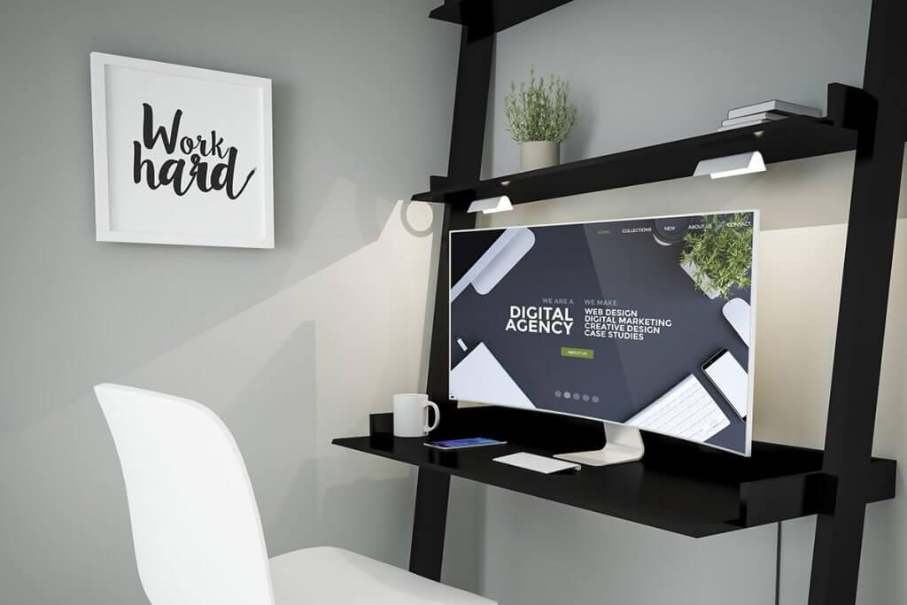 Curved Monitor auf Schreibtisch