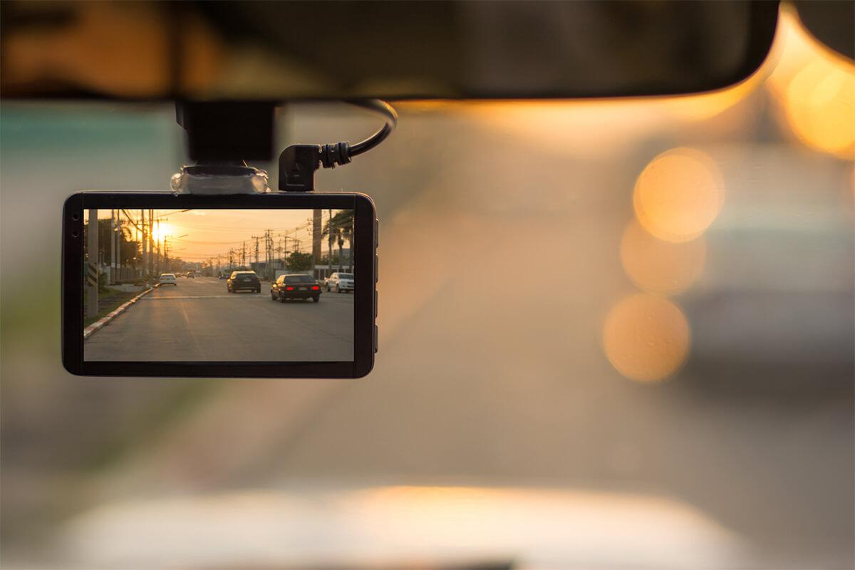 Dashcam zeigt Highway im Sonnenuntergang