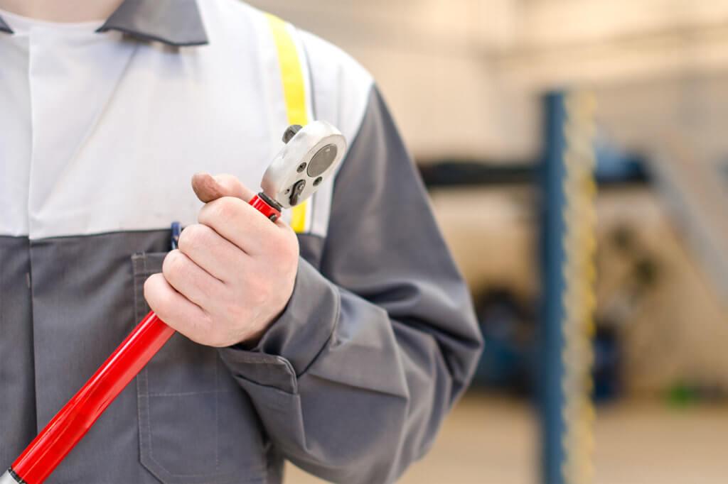 Mechaniker hält Drehmomentschlüssel in der Hand