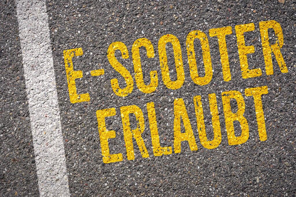 E-Scooter erlaubt Schriftzug auf Asphalt