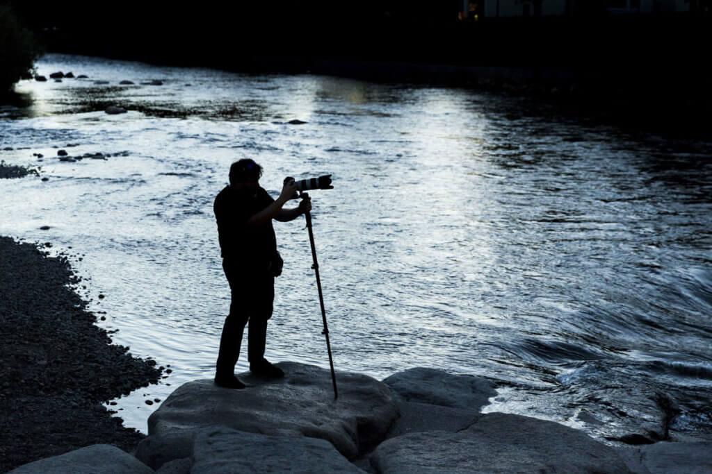 Fotograf an einem Fluss
