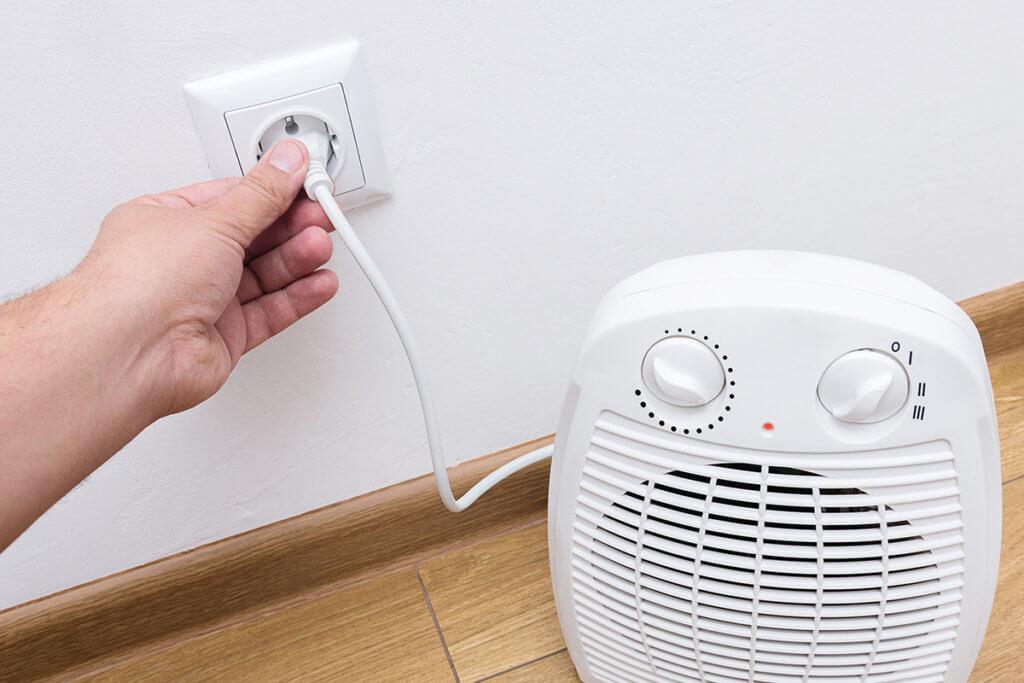 Heizluefter wird an Strom angeschlossen