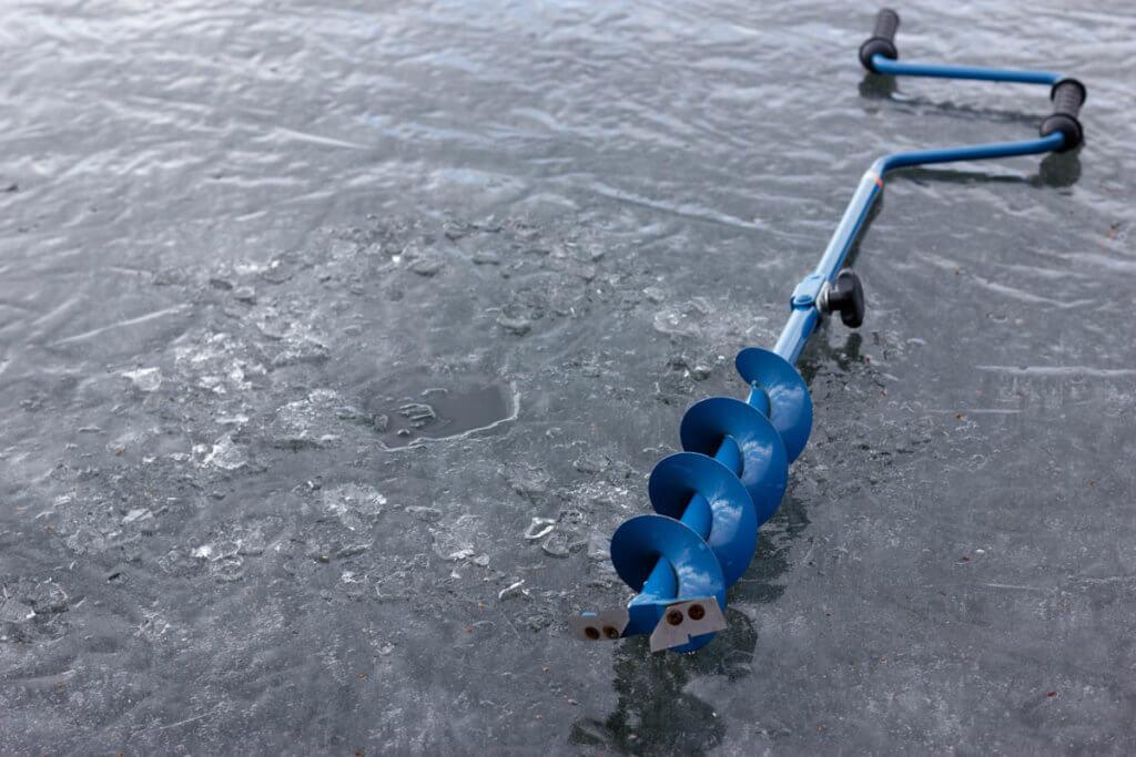 Bohrer liegt auf gefrorenem See