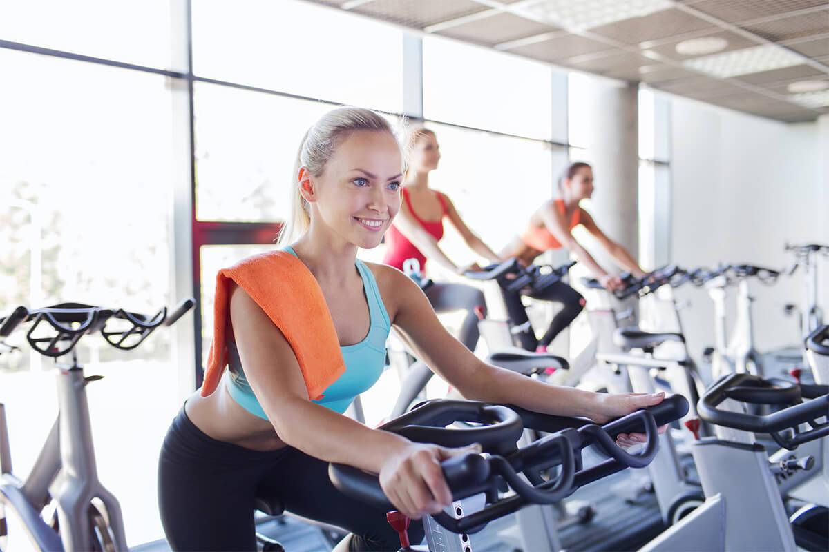 Frau auf Ergometer im Fitnessstudio