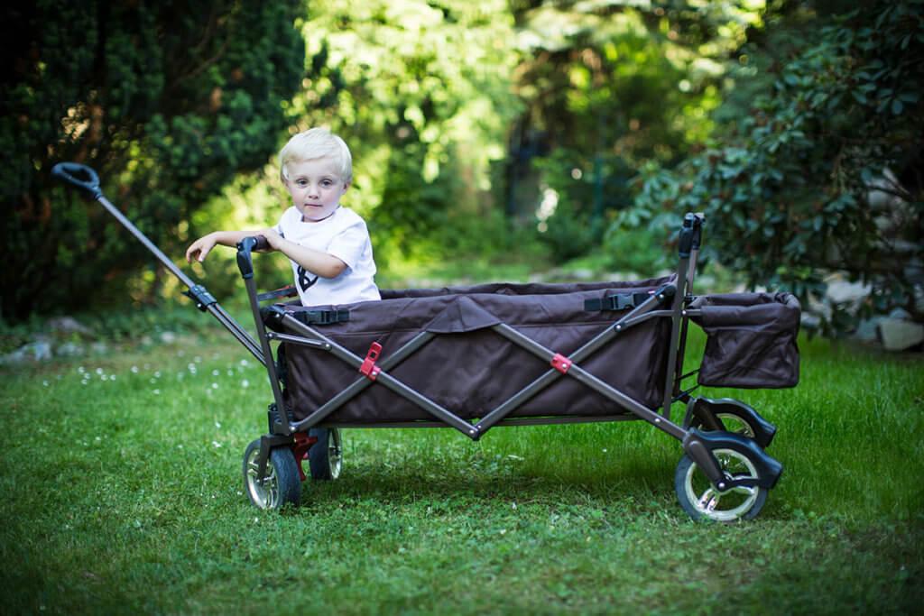 Faltbollerwagen mit Kind