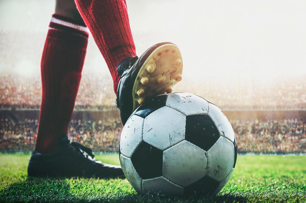 Fußballer mit Ball im Stadion