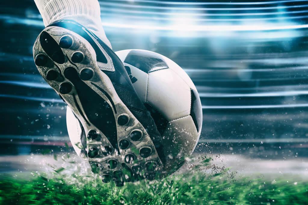 Fuß tritt gegen Ball
