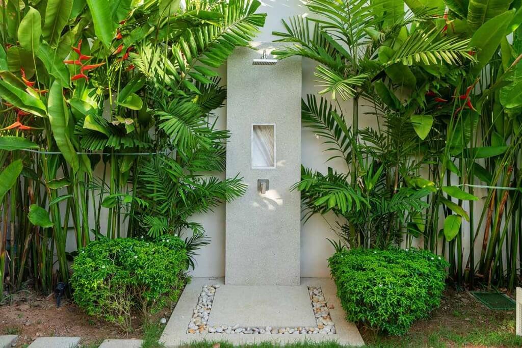 Eine Gartendusche kann sich gut in die florale Umgebung einpassen