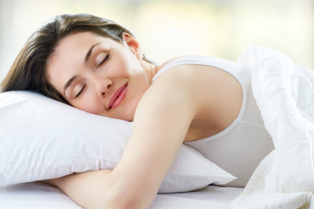 Frau liegt im Bett Gelschaum Topper