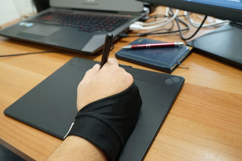 hand traegt handschuh für grafiktabletts bei der anwendung