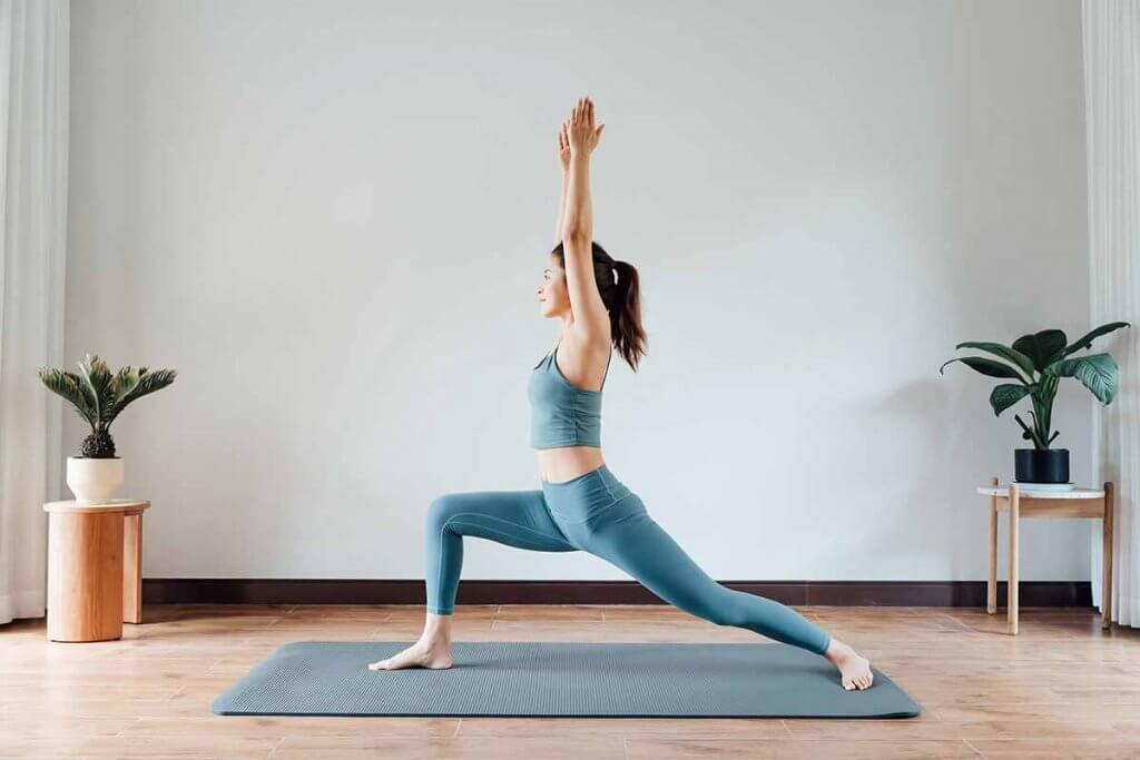junge frau macht yoga auf einer matte