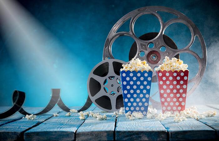 Filmrolle und Popcorntüte