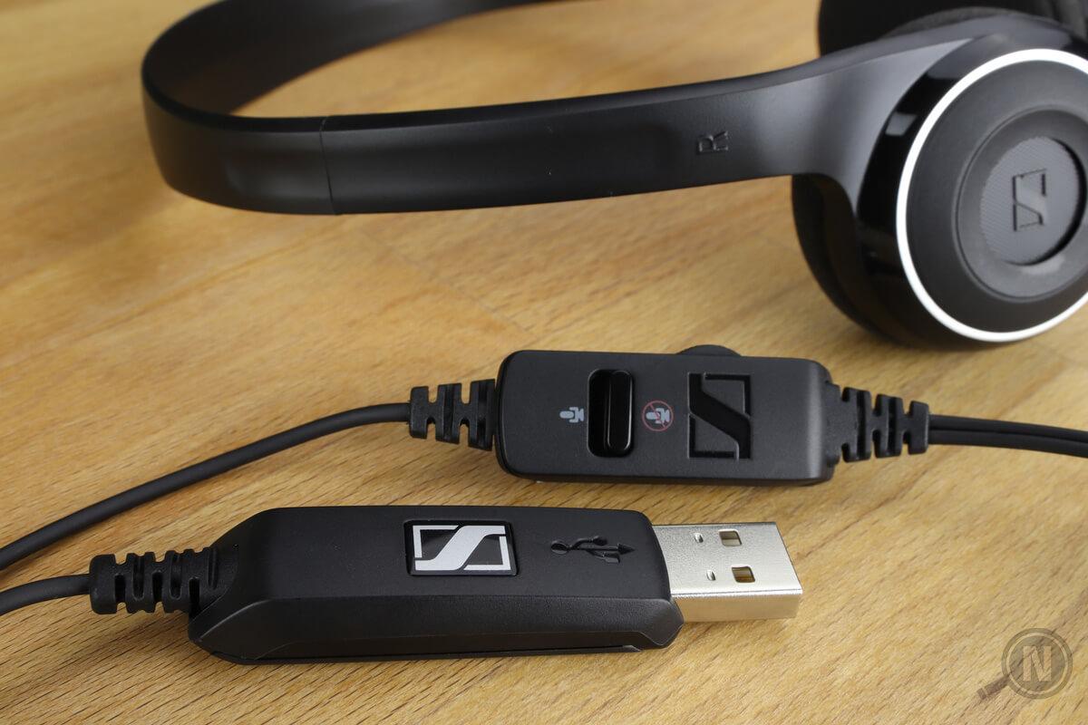 Headset mit Fernsteuerung und USB-Anschluss auf Holztisch