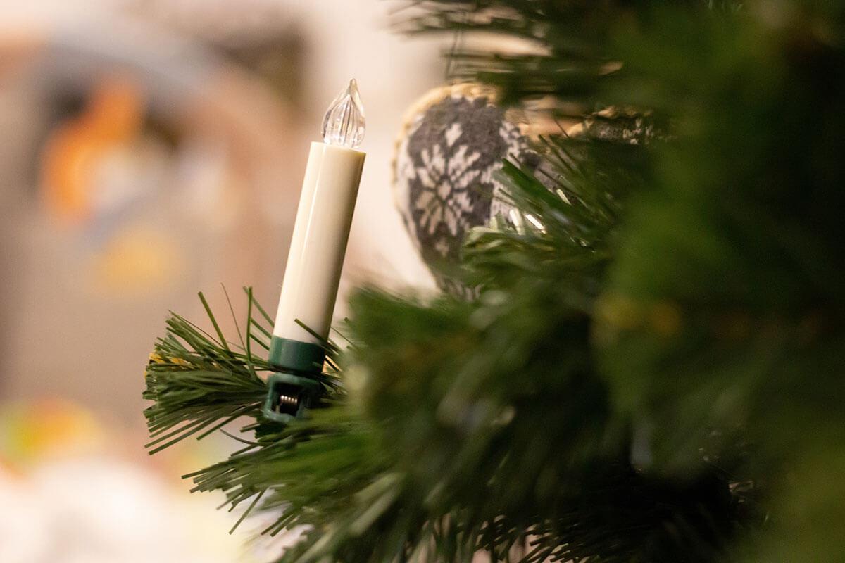 Kerze in einem Kunstbaum