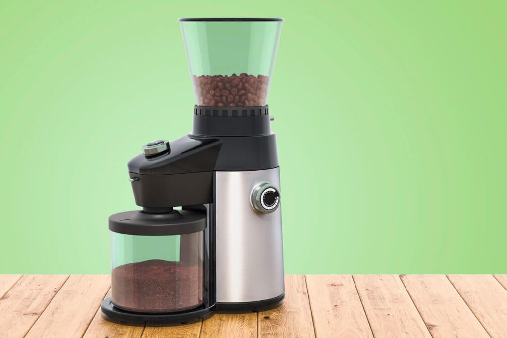 Kaffeebohnen in einer elektrischen Kaffeemuehle